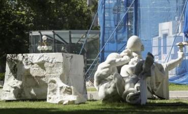 Aparecen quebradas partes del Monumento a Colón
