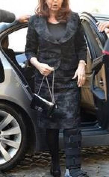 Cristina se esguinzó un tobillo y llegó con una férula a ver al Papa