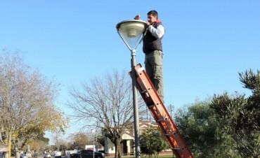 Se están recambiando las iluminarias en los espacio públicos