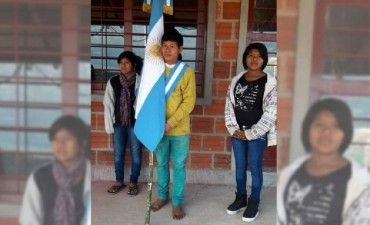 Conmueve al país la cruda foto del nene abanderado descalzo