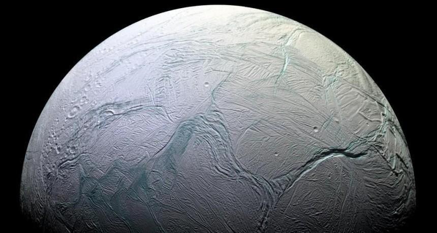 El descubrimiento de moléculas orgánicas complejas en una luna de Saturno