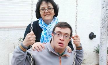 Con síndrome de Down, quedó huérfano: lo adoptó su maestra