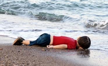 Estremece al mundo la imagen de un niño sirio ahogado