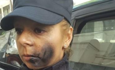 Le pintaron la cara con aerosol a una policía que custodiaba la entrada a la morgue judicial