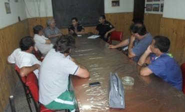 Integrantes de la policia comunal se reunen con representantes del futbol local