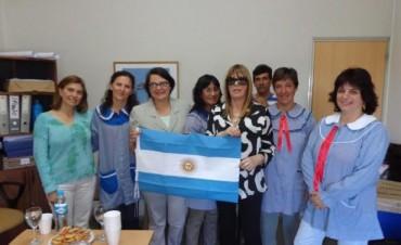 La Senadora  Elida Villa entrego banderas de a Establecimientos Educativos y Entidades de Gral. Viamonte.