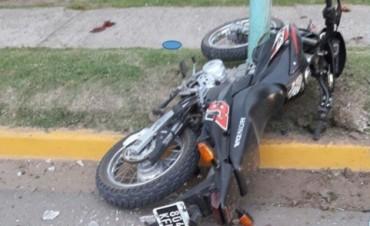 Un joven en moto, impacta contra una columna de alumbrado