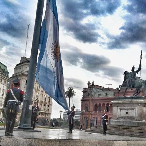 La Casa Rosada invita a presenciar el izado de la bandera en Plaza de Mayo
