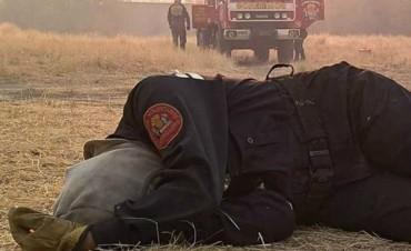 La foto de la mujer bombero exhausta que se viralizó