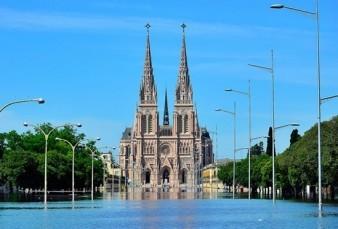 Desbordó el Río Luján y el agua llegó a la Basílica
