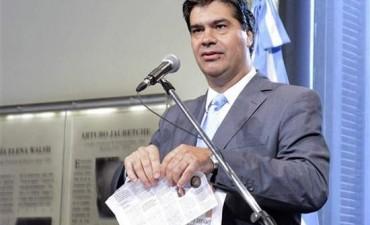 Repudio a Capitanich por romper un diario durante conferencia de prensa