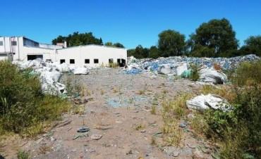 Residuos de la vieja procesadora de botellas de plástico Clearpet yacen al descubierto