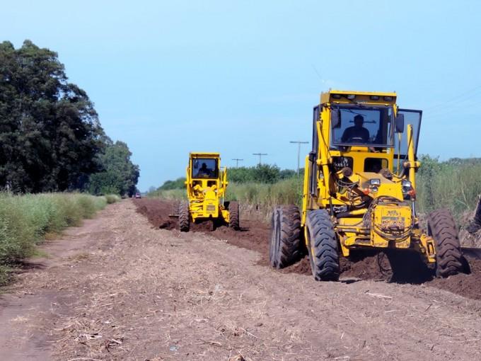 Se trabaja en el mantenimiento y ensanchamiento del camino a la Escuela Hogar