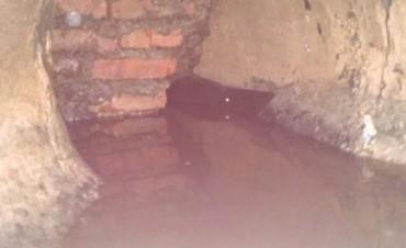 Insólito: Descubren un paredón dentro de un sumidero que impedía el escurrimiento de agua