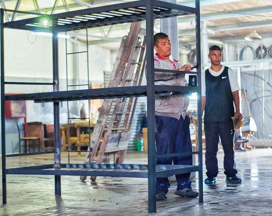 Internos producen 100 camas cuchetas triples para cadetes penitenciarios