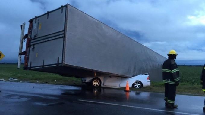 Impresionante choque en ruta 9: un camión aplastó un auto