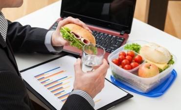 Comer en el trabajo, un hábito que puede ser muy negativo
