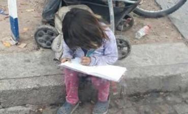 Conmueve a Tucumán la nena que hace la tarea en la calle