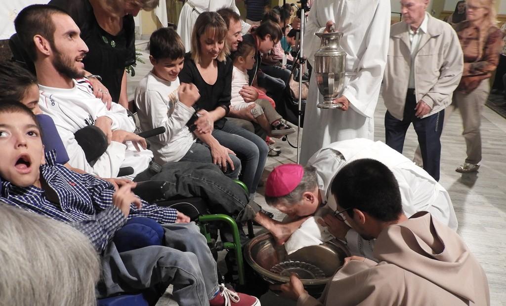 """""""Vivir de rodillas ante los más pequeños"""", lo dijo el obispo en su homilia del Jueves Santo"""