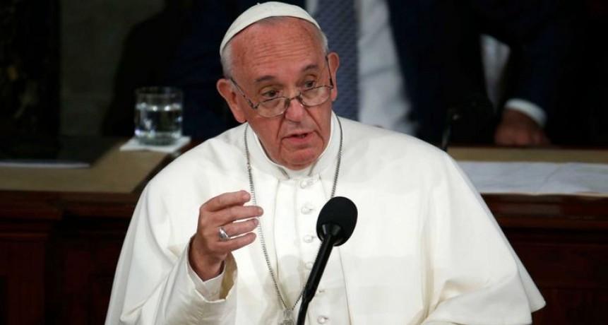 Por coronavirus, el Papa rezó este domingo vía streaming