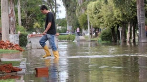 La crecida histórica de un río genera inundaciones en Córdoba y va hacia Santa Fe