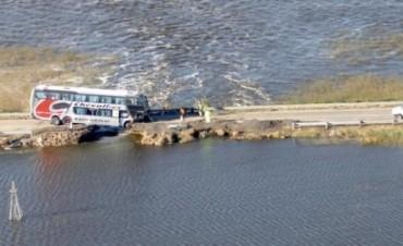 """Accidente en Ruta 188: Un colectivo """"se clavó"""" en el lugar donde está cortada la ruta"""