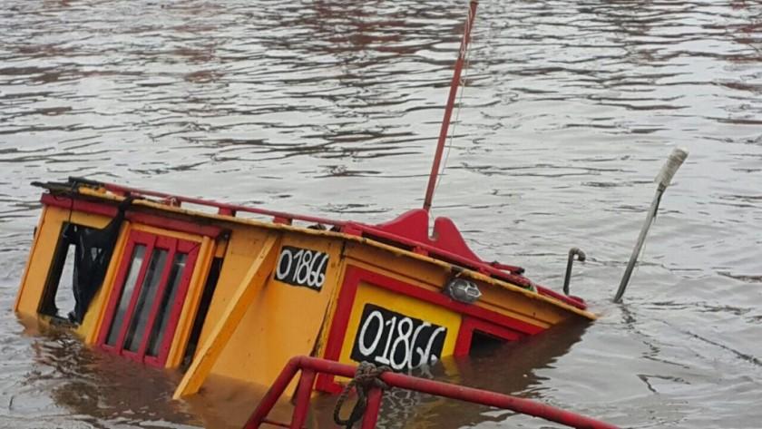 Se hundió una de las lanchas amarillas del puerto en MdQ