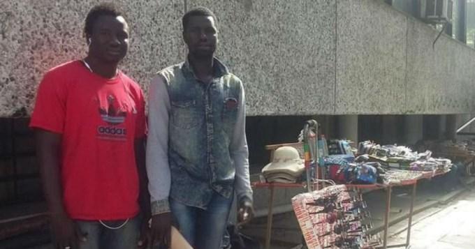 Manteros senegaleses encontraron 20 mil pesos y lo devolvieron