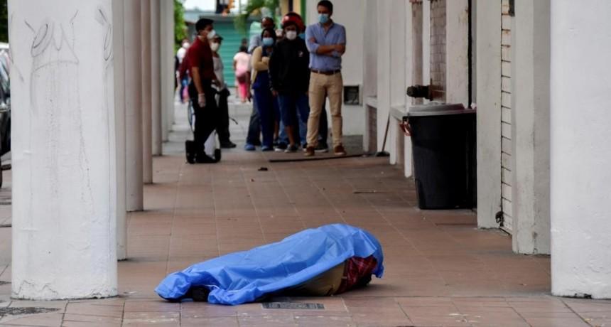 El sistema sanitario y funerario está colapsado en la ciudad ecuatoriana.