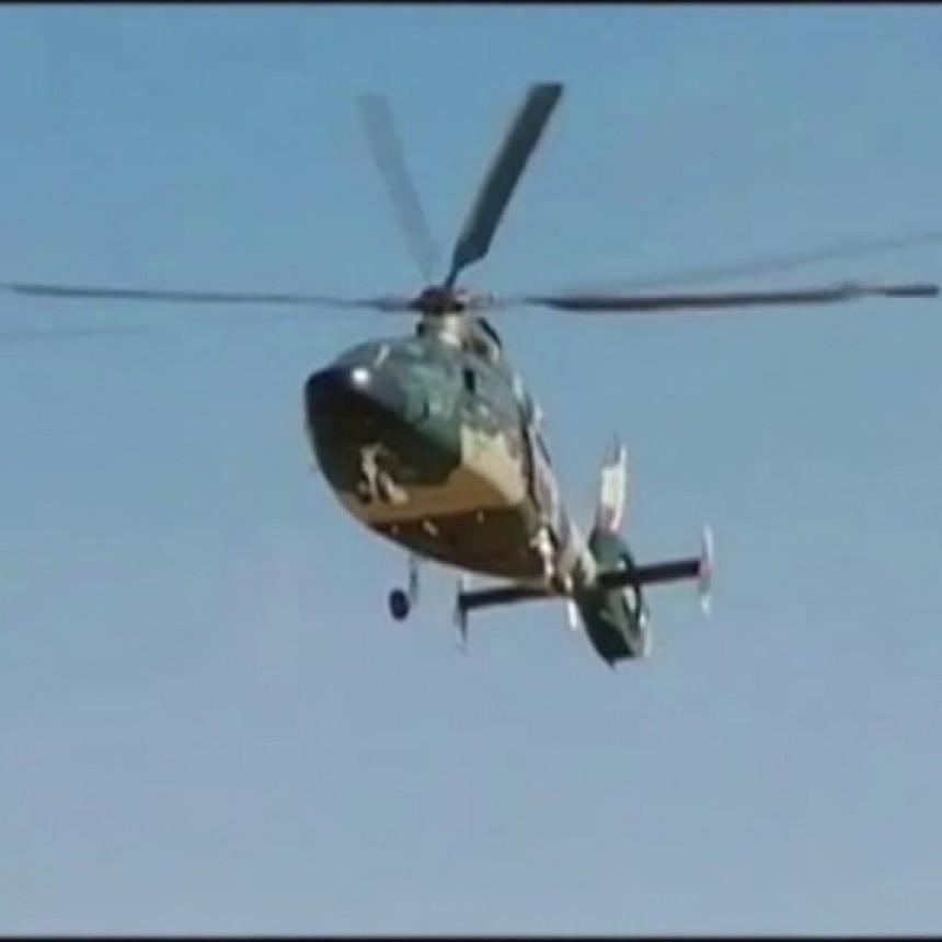 Un cura roció agua bendita desde un helicóptero en Bolivia