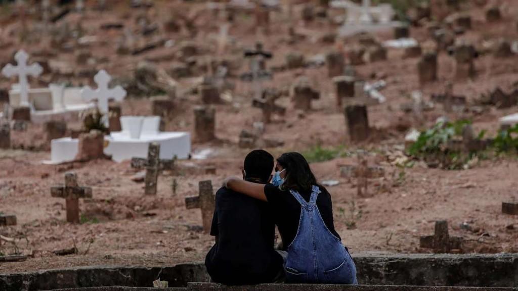 Morgues en micros escolares y entierros nocturnos: Brasil colapsa ante el coronavirus y registra un nuevo récord de muertes