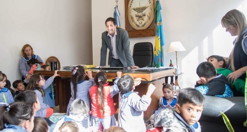 """Los peques del Jardín 909 """"Jacaranda"""" de la Escuela Normal, visitaron la municipalidad y los recibió el intendente"""