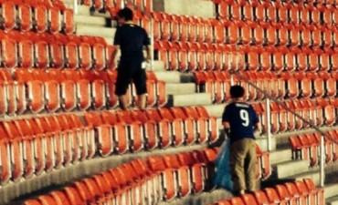 Luego de perder con Costa de Marfil, hinchas de Japón limpiaron el estadio. Los nipones dieron una muestra de conciencia social en las tribunas