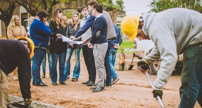 El intendente Franco Flexas presentó la obra de cordón cuenta y estabilizado granular ya iniciada para los vecinos del Bo. Centro Oeste