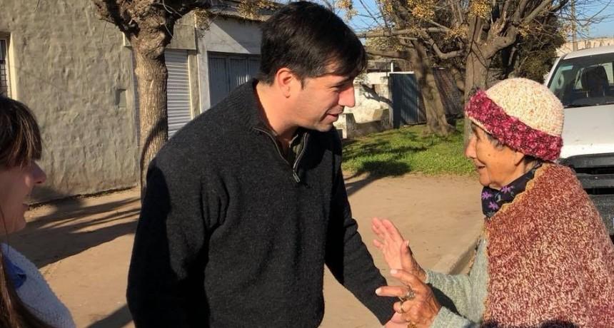 En el día del empleado estatal, el Dr Franco Flexas salió a la calle a visitar vecinos