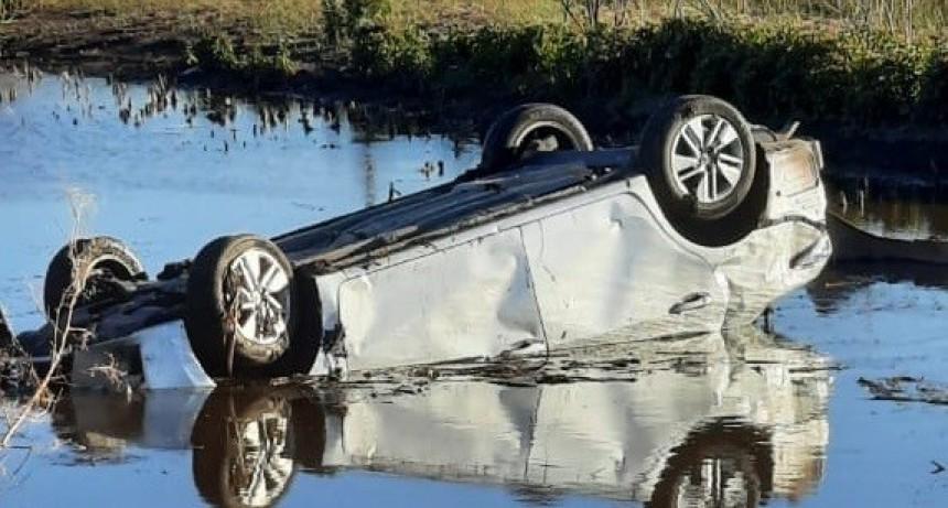 Volcó un auto en camino rural entre Morse y Zavalía