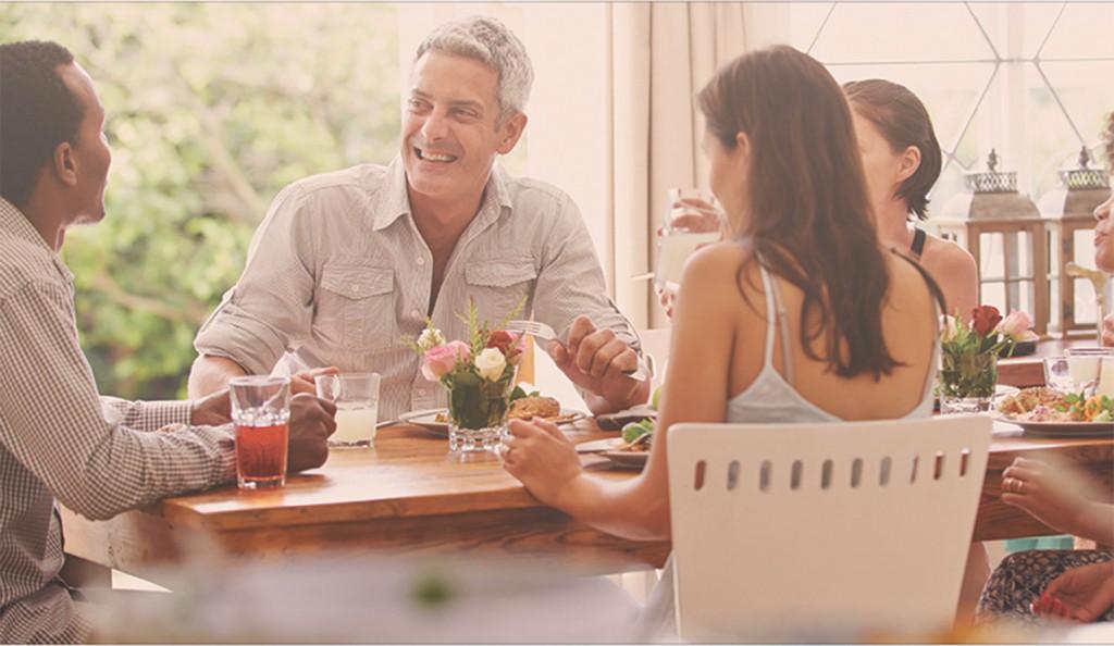 Amistades y algo más: juntarse a comer con extraños, la nueva moda