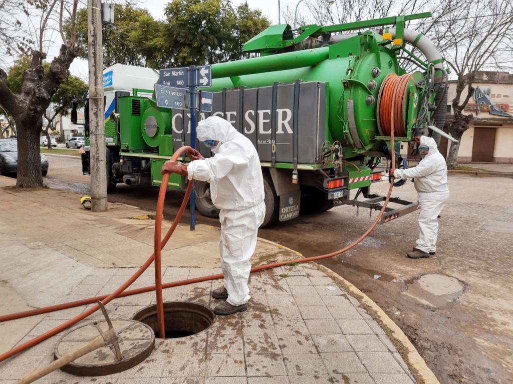Trabajos de mantenimiento sobre la red cloacal en Los Toldos