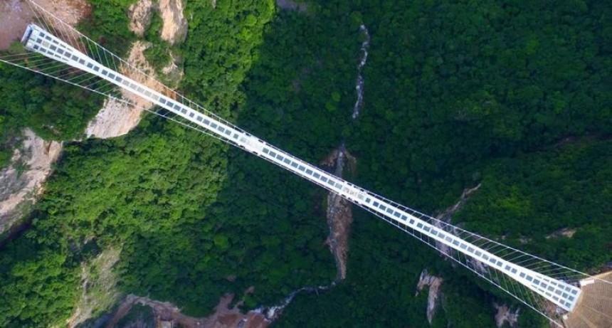 China inauguró el puente de vidrio más largo del mundo