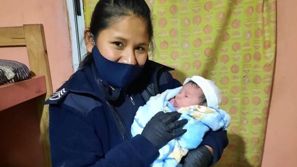 Policías asistieron a una mujer que dio a luz una beba en el baño de su casa en Mar del Plata