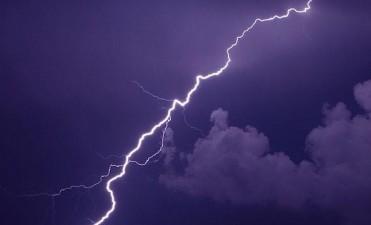 En Bragado dos rayos dejaron a 4.000 usuarios sin luz y provocaron daños en el cuartel de Bomberos