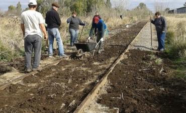 Neild: un pueblo que ante la adversidad se moviliza. Situación Hídrica: Productores ingresan a sus campos a través de las vías férreas