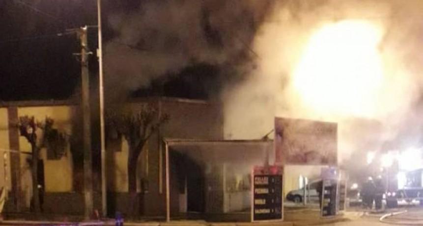Voraz incendio destruye en su totalidad a frigorifico La Costa, en la zona llamada como La Blanqueada