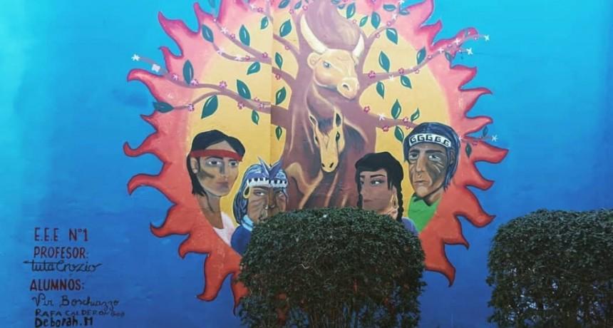 Mural por la revalorización de los orígenes, en las paredes de la Asociación Rural de Los Toldos