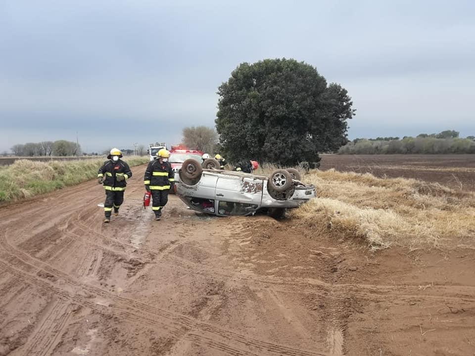 Accidente de automóvil en un camino rural del Cuartel II