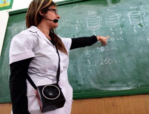 Para amplificar la voz de los maestros. Presentan un proyecto para que los docentes usen micrófonos en las aulas
