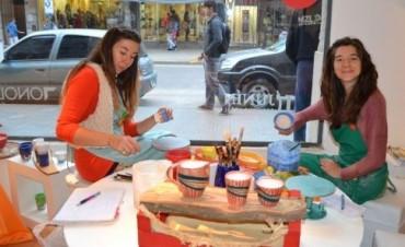"""Las artistas locales María Gabriela Guastelli y Carolina Castellani fueron invitadas a participar el pasado fin de semana de la propuesta """"Arte Vidriera"""""""