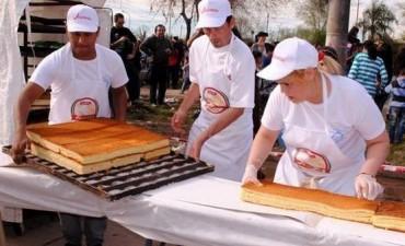 Hicieron una torta de 650 metros de largo y entraron al Guinness
