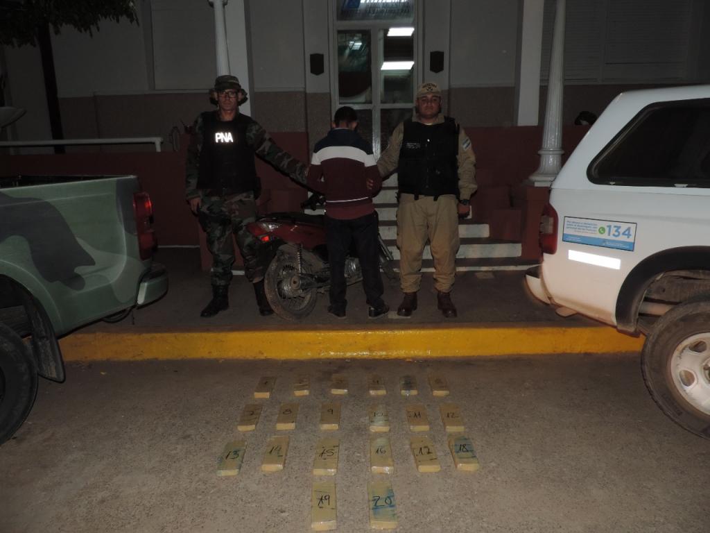 """Chaco  Operación """"Narco Delivery"""": Detienen  a un motociclista que traficaba más de 13 kilos de marihuana"""