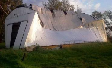 En Chivilcoy y Suipacha: el viento volteo un camión en Ruta 5 y destruyo un galpón